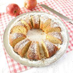 Rivet äpple och kanel gör sockerkakan extra saftig och smakrik.