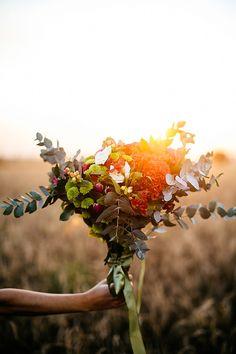Ensaio de Primavera - por Flavia Valsani -Flores, cores e a beleza natural. Todo o ensaio priorizou uma noiva romântica e forte, com muita personalidade.