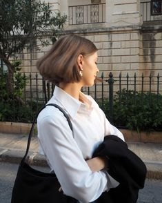Cute Short Summer Hairstyles for New Look. Bid farewell to investing hours on your hair, and hi to these cute short summer hairstyles. Cute Hairstyles For Short Hair, Trending Hairstyles, Summer Hairstyles, Short Hair Cuts, Bob Hairstyles, Curly Hair Styles, Stylish Hairstyles, Fashion Hairstyles, Corte Y Color