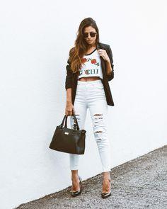 Clássico, chic e atemporal. Look do dia com blazer e calça branca detonada. Instagram: @viihrocha