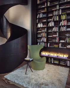moderne klinker wandgestaltung kamin buecherregal sessel gruen minimalistisch