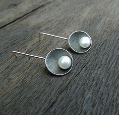 S+perlami+Stříbrné,+originální,+gravírované naušnice+s+perlami+průměru+7+mm...+Celková+délka 33+mm.