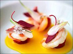 Déjeuner avec une entrée légère… Juste quelques petites crevettes en couleurs ! ;) (Ze Kitchen Galerie, Paris) L'art de dresser et présenter une assiette comme un chef de la gastronomie... http://www.facebook.com/VisionsGourmandes Participez également au Club en partageant vos réalisations personnelles.