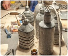 """La semana pasada nos inscribimos en un taller donde aprendimos a utilizar un material nuevo para RojoSillón, el Cemento. ¡Y la verdad, estamos encantados con el resultado! A continuación os mostramos el proceso. Para hacer el molde, usamos dos botellas de plástico, una más pequeña que la otra. De la botella grande cortamos el culo, … Continuar leyendo """"LÁMPARA DE CEMENTO"""""""