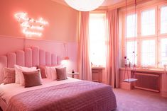 Finnish dairy company, Vailo, and hotel Klaus K Helsinki have collaborated to bring an ice cream-themed room to travellers in the heart of the city. Klaus K, Themed Hotel Rooms, Pastel Bathroom, House Swap, Unusual Hotels, Relaxing Bath, Hotel Suites, Varanasi, Nordic Design