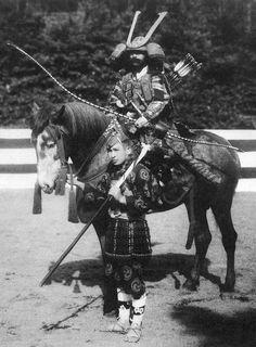 20th century depiction of a mounted samurai wearing o-yoroi armor, from Ōyoroi kizomeshiki by Tajirō Ichioka. Published by Yamada Unsōdō 1910.