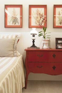 O inconfundível charme das cômodas retrô toma conta de ambientes modernos e cheios de estilo.  http://carrodemo.la/bb5d3