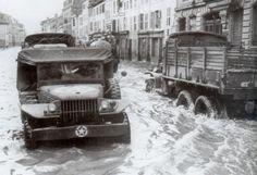 Une Dodge WC 51 (le modèle 51 n'a pas de treuil à l'avant, comparé au dodge WC 52) traverse les rue inondées de Rambervilliers