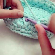 Gente mais um vídeo ensinando o ponto do cesto fofo...from @gizemhandmade #videoaula #crochet #fiosdemalha #trapillo