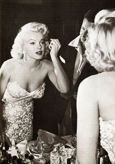 Marilyn Monroe je bila ljepotica, seks-simbol i filmska ikona koja nikada nije prestala opčinjavati svojom pojavom ljubitelje filma i obožavatelja diljem svijeta. Jednom riječju bila je legenda. Svojim dopadljivim izgledom i savršenom figurom bila je simbolom hollywoodskog glamura, ostajući jednako populara danas kao i u ranim 50-ima. U nastavku predstavljamo seriju fotografija na kojima je prikazana dok stavlja šminku. Mišljenja smo da joj šminka koristila samo kako bi se još više…
