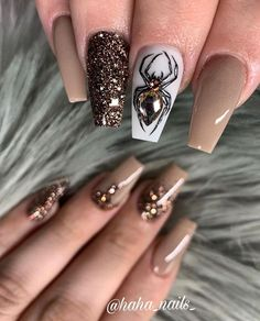 halloween nails Beautiful nails by haha_nails_ Ugly Duckling Nails page is dedicated to promoting quality, inspirational nails created by International Halloween Nail Designs, Halloween Nail Art, Fall Nail Designs, Nail Polish Designs, Halloween Eyeshadow, Halloween 2019, Halloween Makeup, Cute Acrylic Nails, Cute Nails