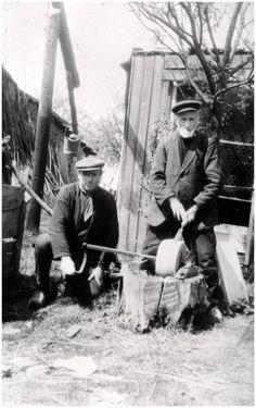 Het slijpen van een beitel met een slijpsteen. Fotograaf: Foto Starink - 1957