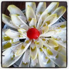 Grembiule Rosso: Fiore di indivia con robiola di capra