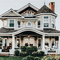 The contrast of the white goose with the dark roof gives the house such good curb appeal