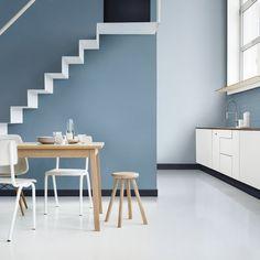 Un escalier qui mixe les bleus pour un décor unique. Quoi de plus complexe que de décorer un escalier ? Laissez tomber la petite déco et optez pour la peinture avec un beau bleu gris qui fera sortir l'escalier du décor.