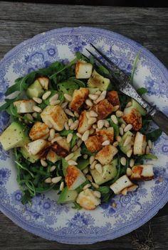 Sallad med halloumi, avokado och pinjenötter