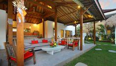 Villa 4 kamar yang disewakan harian di Bali. kebun tropis yang mengelilingi bangunan utama di villa Thiara