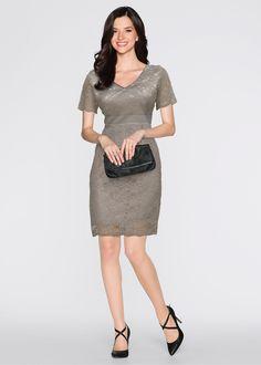 Confira:Valiosa renda guipir torna este vestido elegante e exclusivo. Decote V na frente e nas costas. Abaixo do busto há uma fita de cetim. A frente e as costas são forradas em cetim. Ziper nas costas.