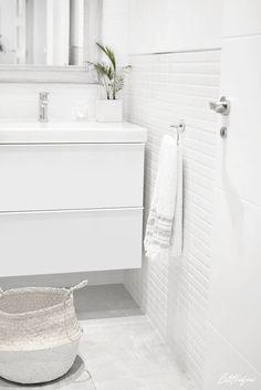 Littlefew.com // A minimal white bathroom. Un baño minimalista y decorado en blanco. Nordic inspiration, white details, cesta baño, almacenaje, home details, decoración baño, IKEA, Maison du Monde, espejos baño, mirror, wall lamp, lámpara de baño, nordic style, nordic room, decoración natural, plantas en el baño, natural decor.