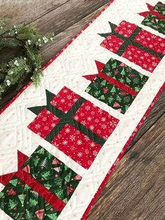 Sewing Ideas Christmas Present Table Runner Pattern Christmas Patchwork, Christmas Quilt Patterns, Christmas Placemats, Christmas Runner, Christmas Diy, Christmas Decorations, Christmas Table Runners, Christmas Carol, Christmas Present Quilt Block Pattern