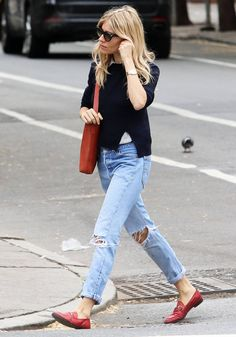 38 Sienna Miller Outfits We Will Never Tire Of - Loafers Outfit - Ideas of Loafers Outfit - Sienna Miller Style: Red Gucci Loafers Estilo Sienna Miller, Sienna Miller Style, Sienna Miller Hair, Look Fashion, Fashion Models, Fashion Tips, Budget Fashion, Fast Fashion, Denim Fashion