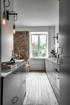 minimal kitchen I like this minimal grey kitchen with white tiles going until the ceiling. The three black light bulbs and the exposed brick wall give this space a little bit of an ind Industrial Kitchen Design, Kitchen Interior, Küchen Design, House Design, Sweet Home, Minimal Kitchen, Cuisines Design, Kitchen Flooring, Concrete Kitchen
