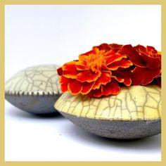 Raku-Handschmeichler weiß und kleine flache Vase