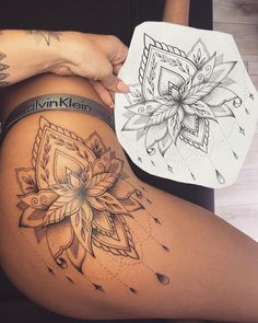 Top Unique Thigh Tattoo For Women Top Unique Oberschenkel Tattoo für Frauen Cute Thigh Tattoos, Floral Thigh Tattoos, Sexy Tattoos, Body Art Tattoos, Small Tattoos, Tattoo Thigh, Mandala Thigh Tattoo, Tatoos, Tattoo Drawings