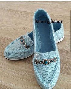 Crochet Slippers Using Flip Flop Soles - Free Patterns Crochet Sandals, Crochet Slippers, Knit Shoes, Sock Shoes, Spring Shoes, Summer Shoes, Crochet Slipper Pattern, Lace Flats, Shoe Pattern