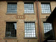 Alte Fabrikfenster in einer Backsteinfassade aus dem Jahr 1913 in der Heyne Fabrik in Offenbach am Main