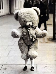 This is cute! A big teddy for a little person. Also makes the teddy bear look like it's real, but with extended legs. Old Photos, Vintage Photos, Foto Poster, Photocollage, Image Of The Day, Baby Kind, Little People, Vintage Photography, Children Photography