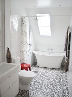 bathroom home goods Tiny House Bathroom, White Bathroom, Bathroom Interior, Small Bathroom, Master Bathroom, Victorian Bathroom, Floor Patterns, Wet Rooms, Home And Deco