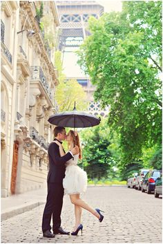 Photography locations in Paris | ArinaB Photography, read more http://www.frenchweddingstyle.com/post-wedding-shoot-paris/