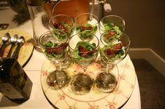 Ensalada de queso de cabra, tomates secos y aceite de albahaca