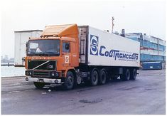 Volvo F12 Turbo mit der ab 1983 eingeführten modernisierten Kabine unterwegs für das damalige sowjetische Unternehmen #Sovtransavto (SU). Volvo Trucks, Mack Trucks, Road Transport, Semi Trailer, Kabine, Classic Trucks, Cars And Motorcycles, Tractors, Vehicles