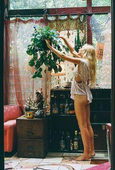She is boho Look Boho, Bohemian Style, Bohemian Lifestyle, Hippie Chic, Interior Exterior, Interior Design, Sweet Home, Deco Boheme, Style Deco