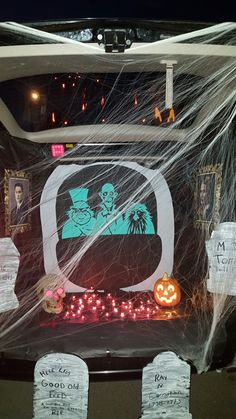 Haunted Mansion… Trunk or Treat - tradcrutch. Disney Halloween, Halloween 2020, Holidays Halloween, Scary Halloween, Halloween Decorations, Halloween Party, Pumpkin Decorations, Halloween Table, Halloween Ideas
