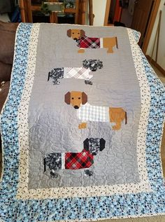 Weiner dog knee quilt for Lee. Dog Quilts, Animal Quilts, Baby Quilts, Quilting Projects, Sewing Projects, Elizabeth Hartman Quilts, Quilt Patterns, Sewing Patterns, Quilt Modernen