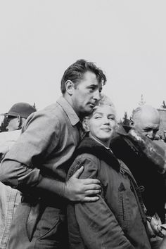 """Robert Mitchum et Marilyn sur le tournage de 'River of no return"""" 1953 Golden Age Of Hollywood, Vintage Hollywood, Hollywood Stars, Classic Hollywood, Hollywood Couples, Marilyn Monroe Fotos, Marylin Monroe, Viejo Hollywood, Westerns"""