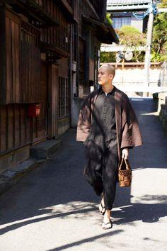 羽織 / Shadow stripe / Brown(With tailoring) Mens Kimono Jacket, Male Kimono, Japan Fashion, Look Fashion, Mens Fashion, Fashion Outfits, India Fashion, Street Fashion, Japanese Men