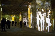 'Klimt y Viena, un siglo de oro y de colores': espectáculo multimedia en el que se utilizan un centenar de proyectores para la exhibición de las obras de Gustav Klimt (1862-1918), Egon Schiele (1890-1918) y Friedensreich Hundertwasser (1928-2000) sobre las paredes de las Canteras de Luces en Les Baux-de-Provence, Francia.