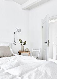 White Dreams! In diesem wunderschönen Schlafzimmer stimmt jedes Detail. Eine einzigartige Leinenbettwäsche, Deko-Accessoires aus Naturmaterialien, sanfte Farben und frische Blumen sorgen für einen luftig leichten Sommer Look. Just perfect! // Schlafzimmer Ideen Bettwäsche Bett Kissen Blumen Vase Hocker Nachttisch Weiss WhiteBeige Skandinavisch #Schlafzimmer #Schlafzimmerideen #Bettwäsche #Bett #Kissen #Hocker #Nachttisch #Skandinavisch #Blumen #Vase #Weiss