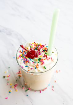 Milkshakes - how to make them! Customize your favorite milkshake ingredients with an easy formula, and then make them in the blender. How To Make Milkshake, Milkshake Drink, Vanilla Milkshake, Strawberry Milkshake, Chocolate Milkshake, Milkshake Recipes, Milkshakes, Chocolate Malt, Milkshake