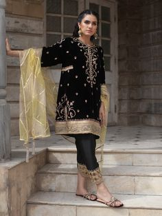 Pakistani wedding dresses by Misha Lakhani has a fresh spin on a classic dress.   While,shirt is embroidered using age old craftsmanship.   Besides, it comes with a matching silk trousers featuring cut work at the bottom and a net dupatta with gold thread  and jewel-ed tassels.