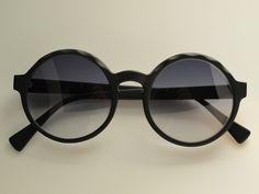 E' un'occhiale che ho disegnato esclusivamente per donne glamour. Osserva le onde ricavate dal vento misto a sabbia.