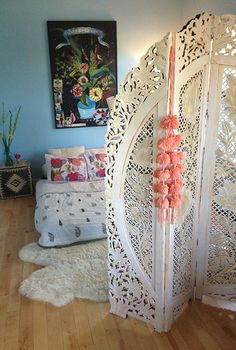 Boho screen to die for! I <3 it, I want it!! Love the dark flower painting with all the light colors.