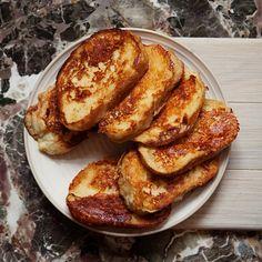 Przepis na proste i sycące śniadanie - tosty francuskie z serem. Skąd pochodzą tosty francuskie? Sprawdź to! French Toast, Breakfast, Food, Morning Coffee, Essen, Meals, Yemek, Eten