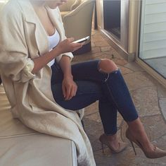 Distressed jeans and heels, always a chic idea #mavi