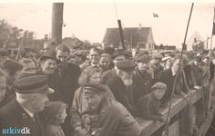 1945.05.06 Fiskernes hjemkomst til Dragør efter krigens afslutning. Min far Niels Martin Weichardt står i 2. række med sin fætter Niels Henrik Sørensen.