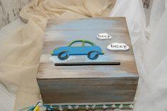 1004 ξύλινο ευχολόγιο με θέμα το αυτοκίνητο Φτιαγμένο από ξύλο σημύδας βαμμένο με την τεχνική της παλαίωσης με ιδιαίτερες αποχρώσεις. Στο καπάκι είναι προσαρμοσμένο ένα ξύλινο χειροποίητο αυτοκίνητο και δυο συννεφάκια ΄΄beep beep΄΄. Στολισμένο με κορδόνια και κορδέλες  σε υπέροχα χρώματα μας οδηγεί στην ομορφότερη βάπτιση, τη δική σας! Συνοδεύεται από 25 ξύλινα ταμπελάκια για τις ευχές από ξύλο σημύδας. Αν χρειάζεστε περισσότερα παρακαλώ επικοινωνήστε μαζί μας!